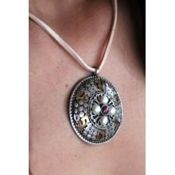 Tibetischer Anhänger mit Perle und Karneol