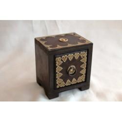 Kleine Schatztruhe aus Holz, mit Herz-Ornament
