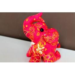 Knieender Stoffelefant in Rosa / Höhe ca. 18 cm
