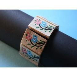 Armband aus bemalten Holzstücken